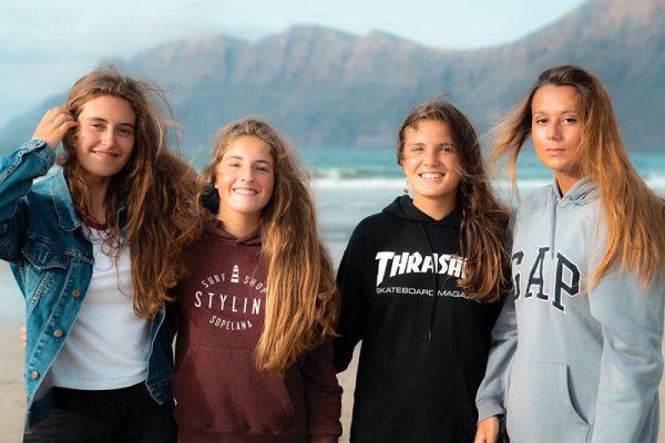 Chicas del surfcamp adolescentes en famara