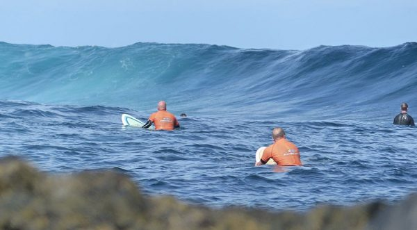 esperando la ola en islas canarias
