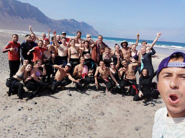 selfie con estudiantes de surf en islas canarias